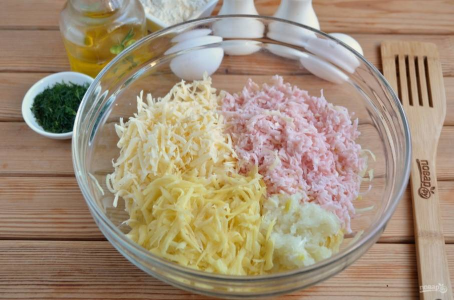 Натрите на крупной терке все ингредиенты: картофель, сыр, ветчину, лук. Добавьте по вкусу соль и черный перец молотый.