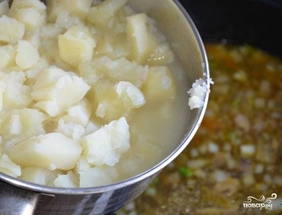 5.Картошку чистим и отвариваем до готовности, разминаем ее немного вилкой и добавляем в кастрюлю к остальным ингредиентам. Воду с картофеля тоже можно добавить. Моем и мелко рубим укроп, кладем его в щи, доводим до вкуса солью, и варим 5 минут при закрытой крышке. Приятного аппетита!
