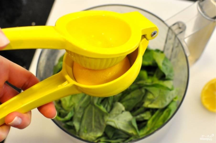 5. Использовать в рецепте приготовления салата из филе можно также отварную грудку. Выложите листья базилика в чашу блендера. Выжмите сок лимона, добавьте туда же.