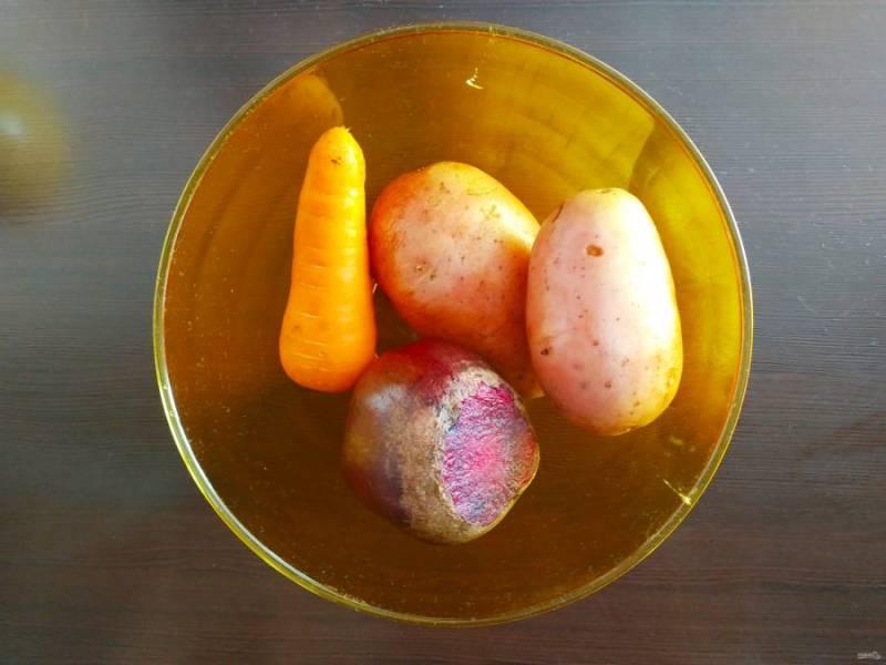 Овощи помойте, залейте водой и отварите. Картошке и морковке необходимо примерно 20 минут, а вот свеклу нужно варить более часа, в зависимости от размера.