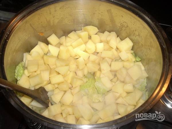 Добавим картофель, перемешаем.