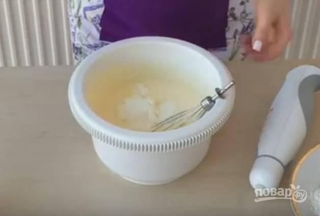 3. Добавьте в смесь стакан сметаны, взбивайте. Масса должна поредеть. Затем отправьте в тесто сгущенку с кофе, размешайте миксером.