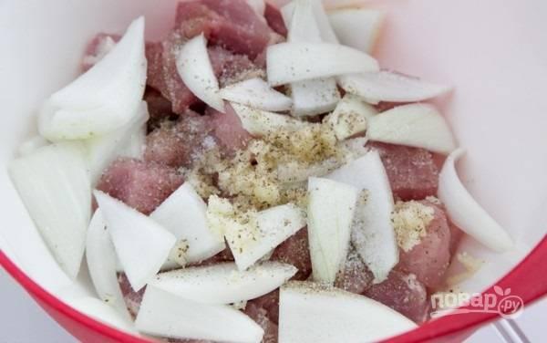 2. Добавьте соль и перец, пропущенный через пресс чеснок и нарезанный ломтиками лук.