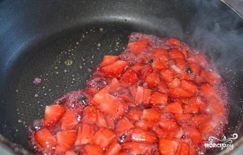 2.Теперь, пока у нас есть немного времени, промываем клубнику, удаляем в нее хвостики и нарезаем на мелкие кусочки. Через 2-3 минуты после появления пузырьков в сковороде, карамель начнет становиться коричневого цвета. В этот момент добавляем в нее клубнику. Помешиваем буквально несколько минут и снимаем сковороду с огня.