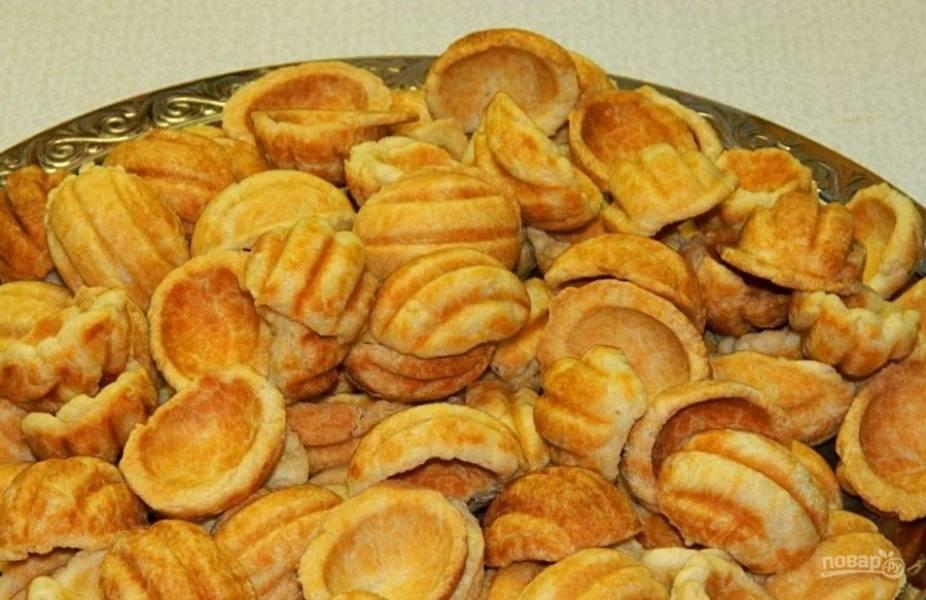 Запечённое тесто остудите, а потом наполните его начинкой. Скрепите половинки печенья.