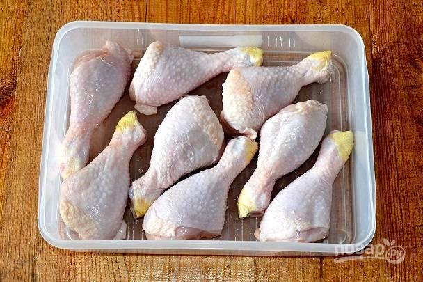 Курицу промойте, обсушите и выложите в контейнер, в котором будете мариновать.