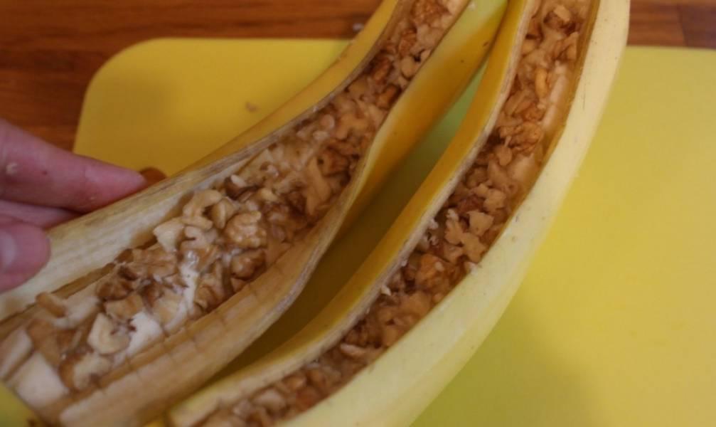 Кладем измельченные грецкие орехи в банан, вдавливая прямо в мякоть.