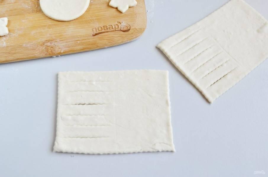 8. Третий способ. Порежьте тесто прямоугольниками. Половину прямоугольника порежьте ножом для пиццы, как на фото.
