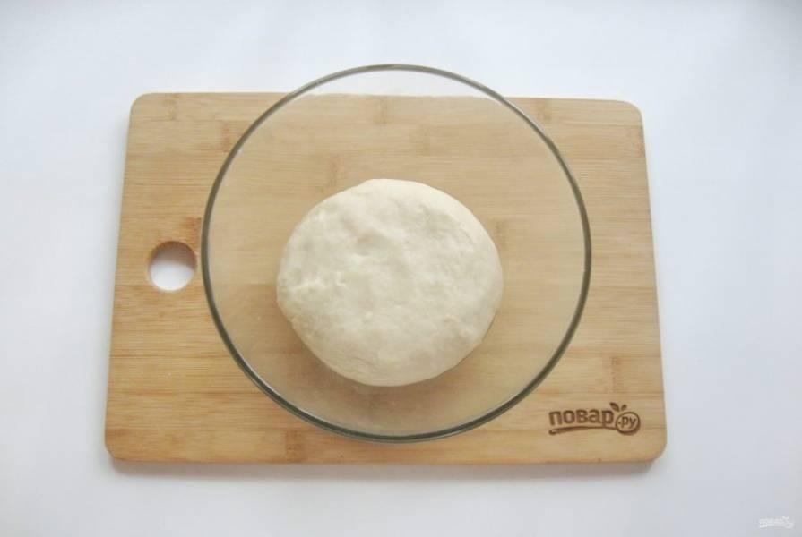 Замесите мягкое, эластичное тесто. Накройте его пищевой пленкой или салфеткой и поставьте в теплое место.