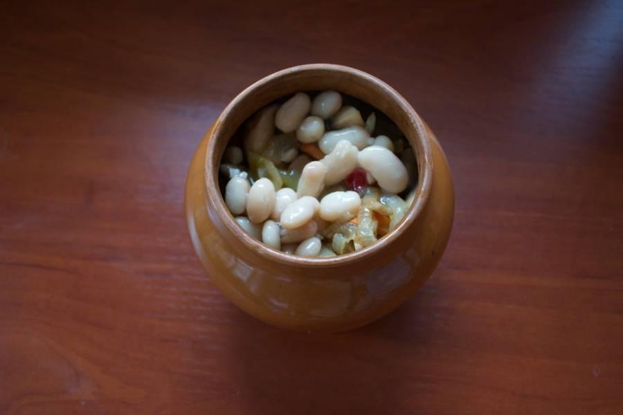 В горшочек укладываем обжаренное мясо, потом кусочки картофеля, потом нашу зажарку, консервированную фасоль.