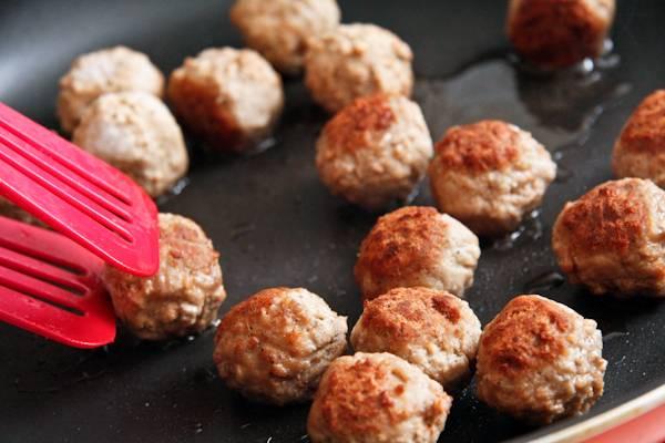 1. Куриное филе вымыть и нарезать средними кусочками. Пропустить через мясорубку, посолить и поперчить по вкусу. В фарш можно также добавить луковицу, чеснок и свежую зелень, например. Сформировать небольшие тефтели и выложить на сковороду с разогретым растительным маслом. Обжарить со всех сторон до появления корочки.