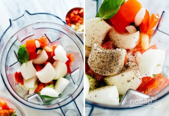 2. Выложите в чашу блендера (часть овощей можно оставить для подачи). Добавьте уксус, соль, перец по вкусу.
