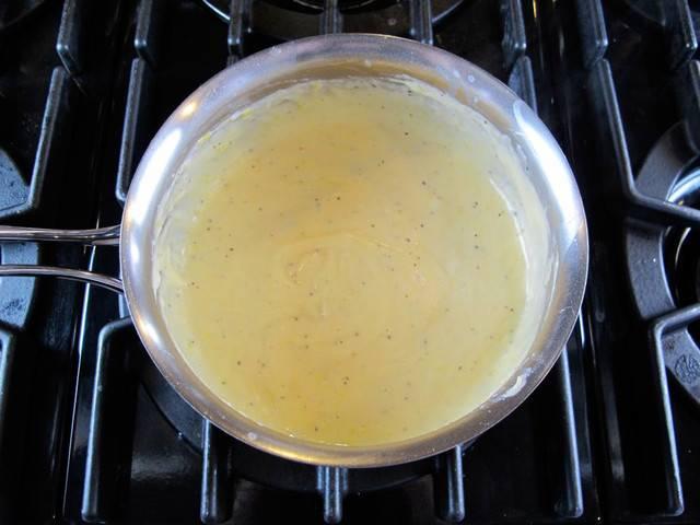 4. Сыр натереть на мелкой терке и добавить в сотейник. Часть можно оставить, чтобы присыпать запеканку сверху.