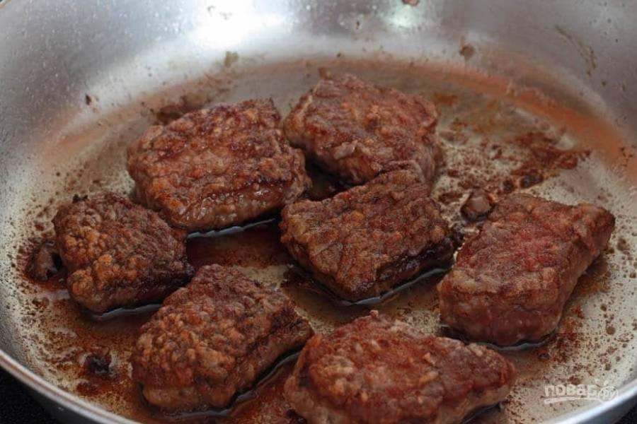 4.В сковороде разогрейте растительное масло, выложите мясо и обжаривайте его с двух сторон до румяной корочки. Выложите мясо со сковороды в тарелку.