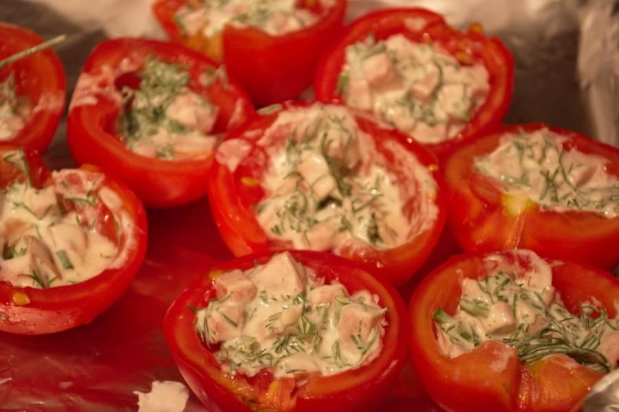 Кадую половинку помидора наполните полученной массой. Помидоры уложите в форму для запекания или просто на противень. Его я застелила фольгой.