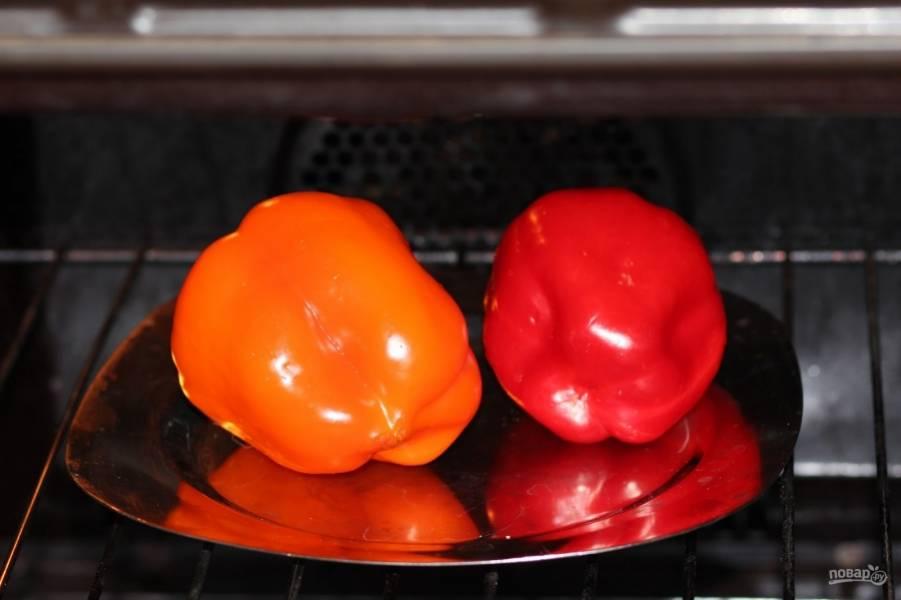 1. Перец можно использовать в свежем виде, но гораздо интереснее его предварительно запечь. Для этого оправьте его в разогретую духовку и запеките до образования черной корочки. Можно сделать это на огне, например.