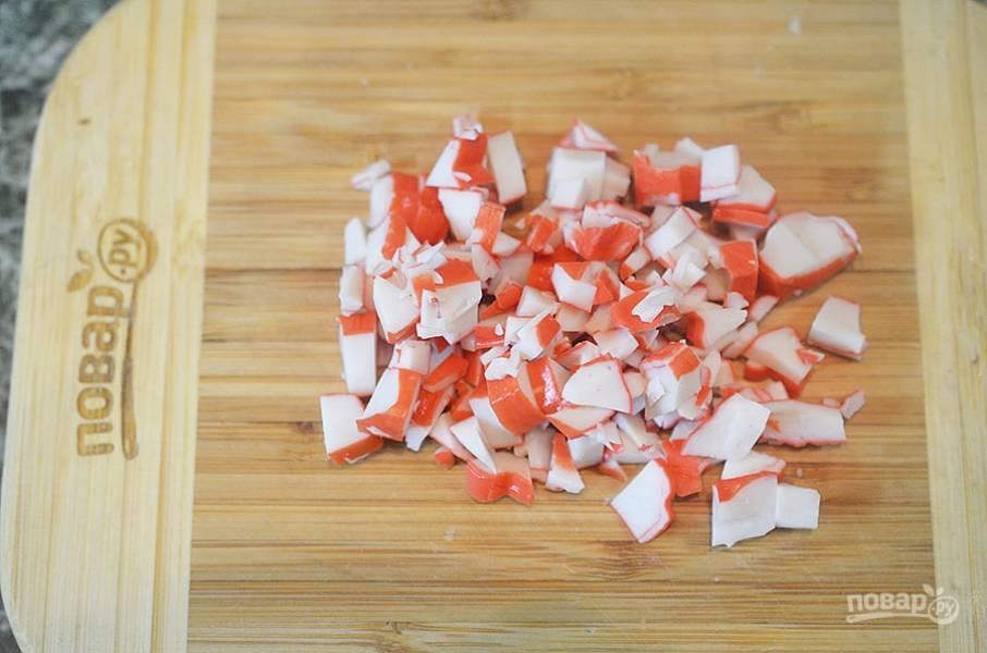 5. Крабы нарежьте и положите в суп. Я использую имитацию крабового мяса, с ним суп получается тоже очень вкусным!