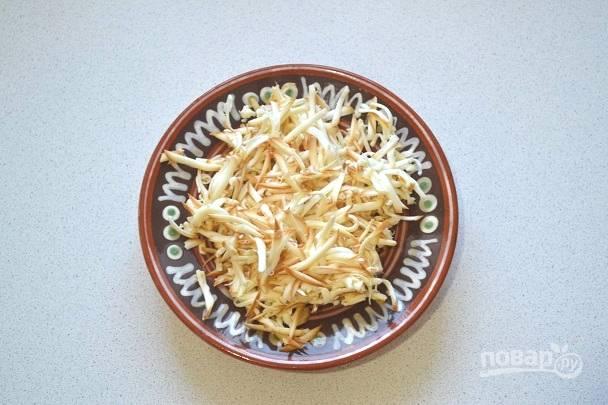 3. Для приготовления заливки натрите сыр на крупной терке.