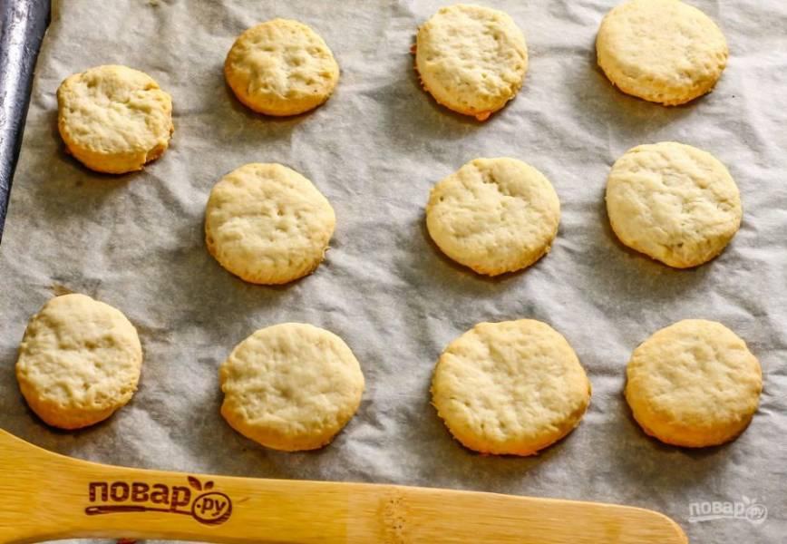 Следите за поверхностью и за низом выпечки, чтобы она не подгорела. Как только печенье будет готово - извлеките противень из духовки и дайте десерту остыть.