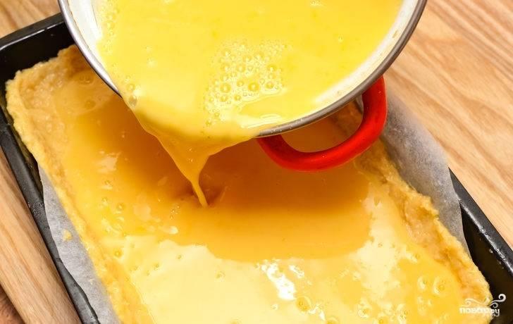 """12. Аккуратно вылейте начинку на корж. Дополнительно украсить пирог """"Лимонник"""" в домашних условиях можно тонкими ломтиками цитрусовых, аккуратно выложив их сверху."""
