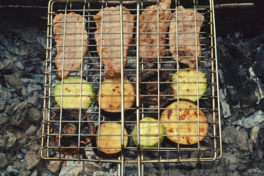 Жарьте, постоянно переворачивая, до готовности. Время зависит от мяса и от типа выбранных овощей. У меня ушло около 30 минут при средней температуре углей.