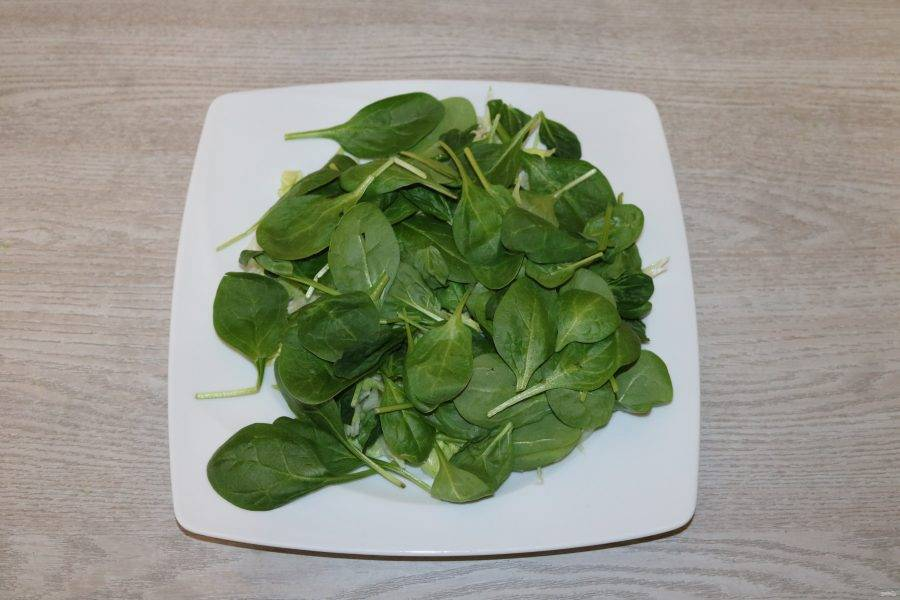 На салат айсберг выложите шпинат.