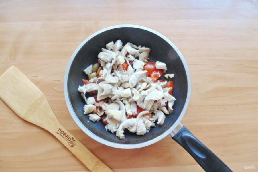Добавьте нарезанные грибы.