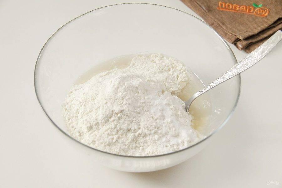 Добавьте муку, ванилин и соль.