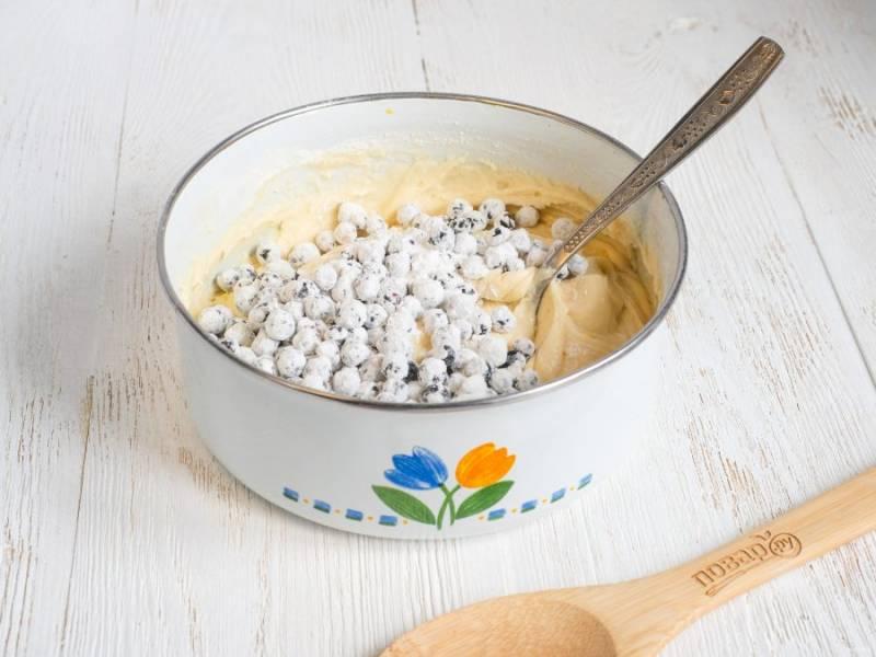 2/3 ягод обваляйте в крахмале и аккуратно вмешайте в тесто.