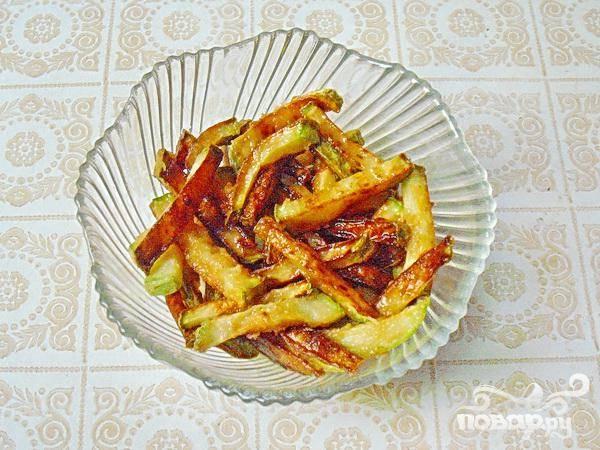 3.На сковороде, в кипящем масле, обжариваем кабачки, пока не появится золотистая корочка. Если кабачков готовится много, то после каждого обжаривания кабачка, меняем масло. Для того, чтобы равномерно обжаривались кабачки, их опускают в масло небольшими порциями.
