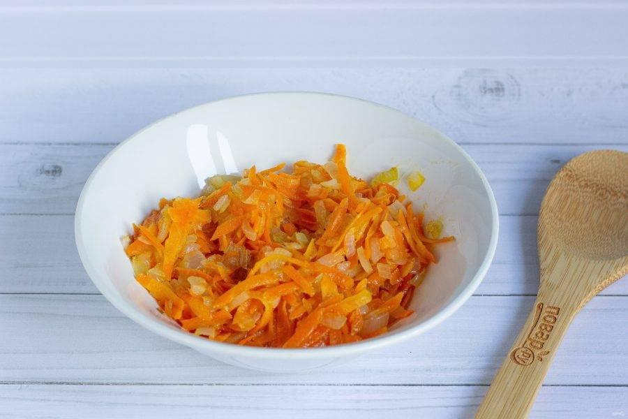 Лук и морковь очистите, помойте. Морковь натрите на крупной терке, лук порубите. Обжарьте лук в растительном масле до прозрачности. Добавьте морковь и обжарьте до мягкости.