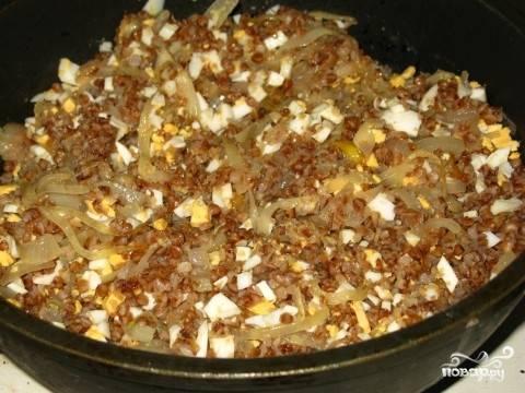 Смешиваем сваренную гречневую кашу, порубленные вареные яйца и жаренный лук. Солим, перчим.