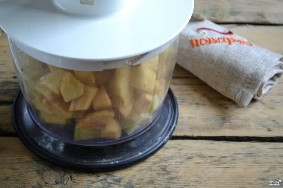 Поместите яблоки в кухонный комбайн или чоппер и измельчите до состояния кашицы.