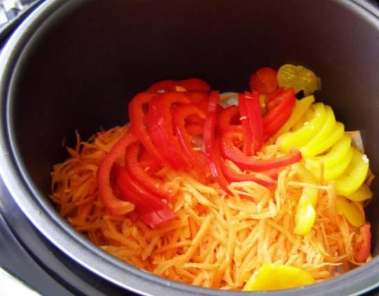 Болгарский перец порежьте соломкой и добавьте к курице.