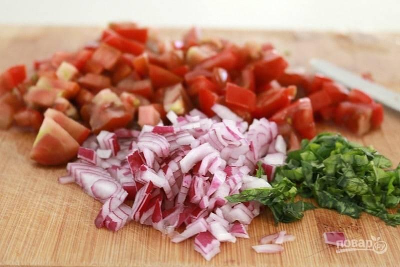 Помидоры и базилик вымойте и обсушите, мелко нарежьте, лук очистите и измельчите. Все перемешайте, добавьте масло, соус, соль и перец.
