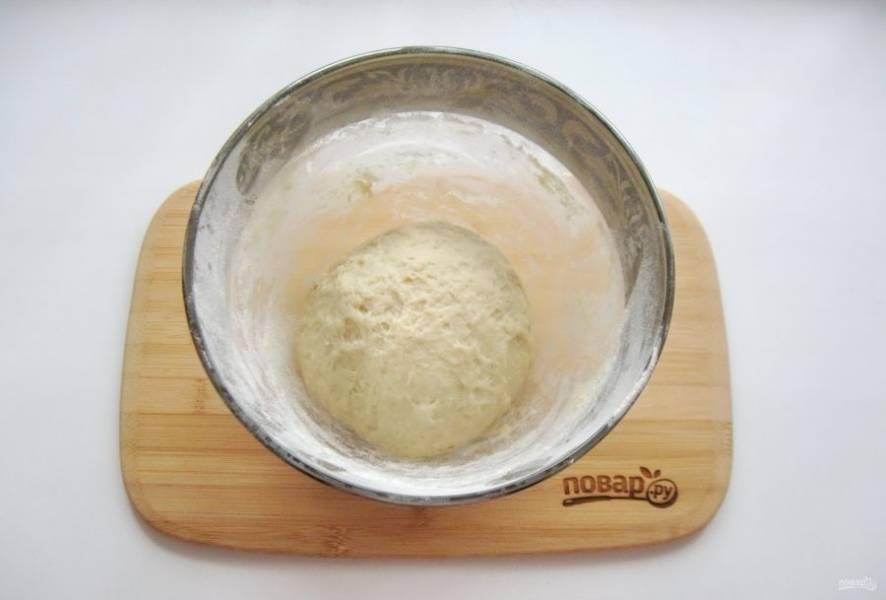 Замесите мягкое эластичное тесто. Муки может потребоваться чуть больше или чуть меньше указанного количества, в зависимости от её качества.