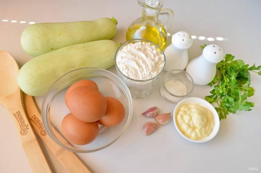 Подготовьте продукты, вымойте овощи. Также понадобится терка и маленькая сковородка для жарки блинов.