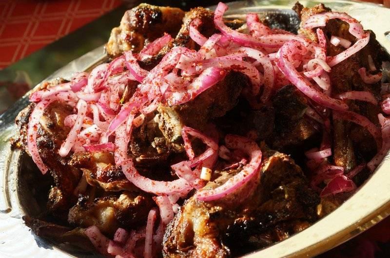 Готовый шашлык выкладываем на тарелку, а поверх него кладем нарезанный полукольцами и смешанный с сумахом красный лук. Приятного аппетита!