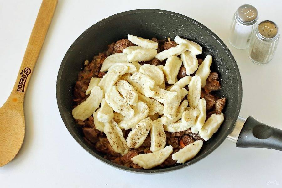 Когда печень будет готова, добавьте галушки, соль и перец по вкусу.
