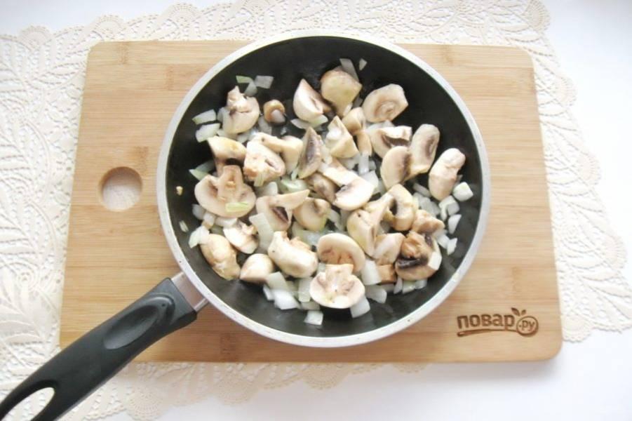 Налейте растительное масло и обжаривайте грибы с шампиньонами пять-семь минут, периодически перемешивая.