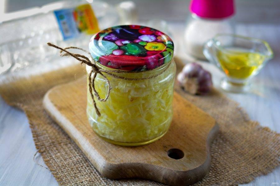Закройте крышками, дайте остыть, после чего поставьте в холодильник на 1-2 дня. Капуста промаринуется и будет вкусной. Впрочем, такую капусту можно хранить в холодильнике до 2-х недель. Приятного вам аппетита!