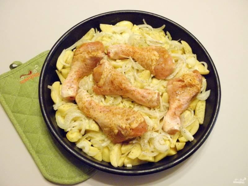 Сверху уложите куриные ножки в специях. Сбрызните все растительным маслом. Сбоку влейте немного воды. Накройте фольгой, отправьте запекаться на 1 час при температуре 240-250 градусов.