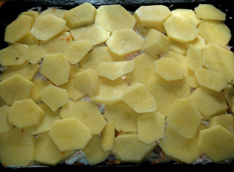 Сверху выкладываем ломтики картофеля, его также следуем посолить, приправить специями и смазать майонезом.