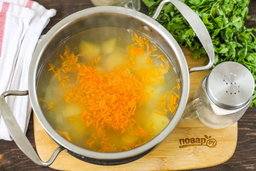 Очищенную морковь натрите на терке с мелкими ячейками и добавьте в емкость. Посолите и поперчите.