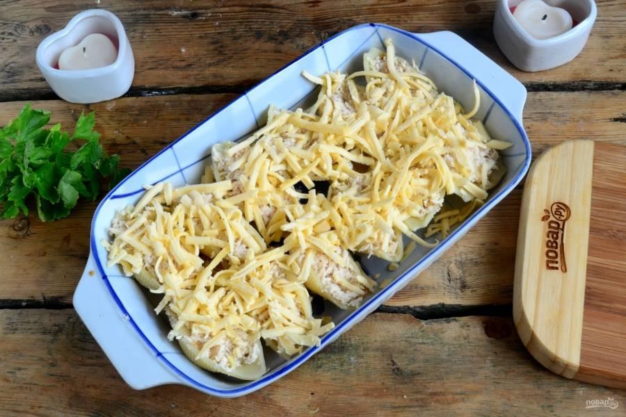 Сверху присыпьте тертым сыром. Опять же, чтобы придать блюду сочности, сыр можно смешать со сливками или сметаной. Запекайте в духовке 15 минут при температуре 170 градусов.