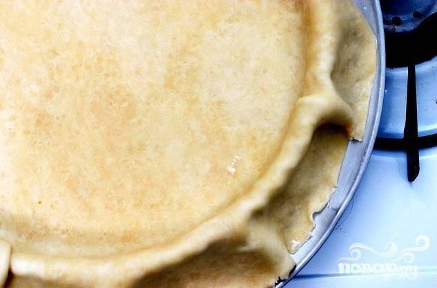 2. Выложить тесто в смазанную маслом форму для пирога или на пергамент на противне. Разогреть духовку до 200 градусов.