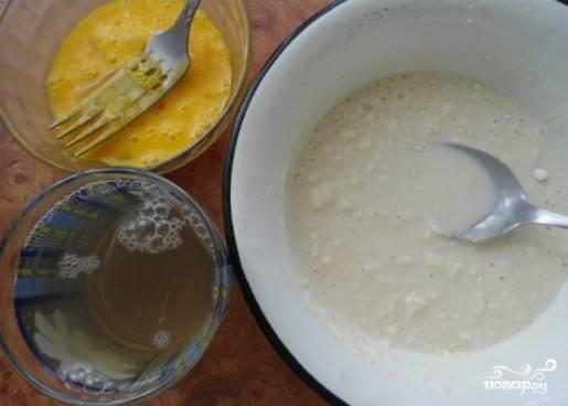 Яйцо взболтать с солью, муку перемешать с молоком. Смешать яйца, молоко и бульон.