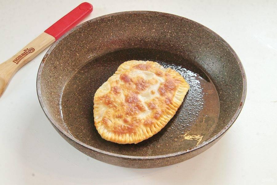 Обжаривайте лепешки в небольшом количестве масла на среднем огне с двух сторон до готовности.