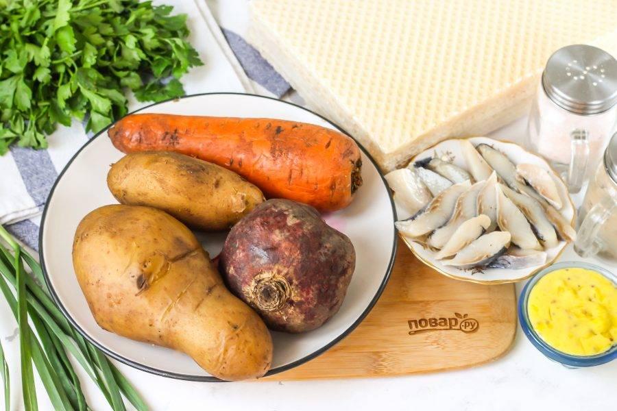 Подготовьте указанные ингредиенты. Заранее отварите картофель, морковь и свеклу. Остудите овощи в ледяной воде.