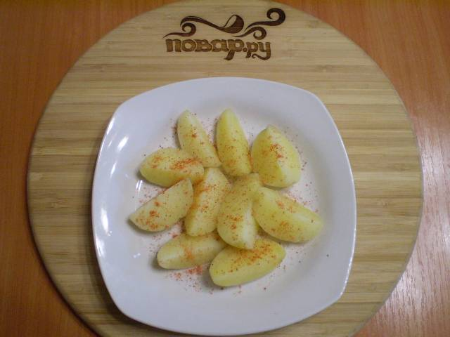 5. Разложите картофель по тарелкам. Посыпьте паприкой.
